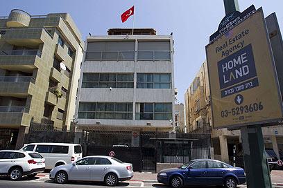 """""""מה בוער למדינות לנתק את היחסים ביניהן?"""". שגרירות טורקיה בישראל (צילום: AFP) (צילום: AFP)"""