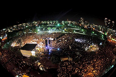Tel Aviv's State Square packed with people (Photo: Ben Kelmer)