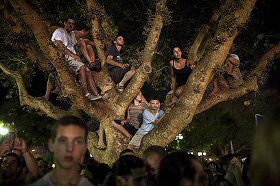 לאן תצמח המהפכה? צולם בהפגנת ה-400 אלף בכיכר המדינה  (צילום: AFP) (צילום: AFP)