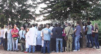 """אסיפת המתמחים המתפטרים ליד בית החולים """"מאיר"""" (צילום: עידו ארז) (צילום: עידו ארז)"""