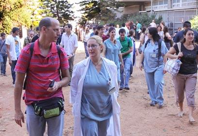 מתמחים מחוץ לבית החולים מאיר, היום (צילום: עידו ארז) (צילום: עידו ארז)
