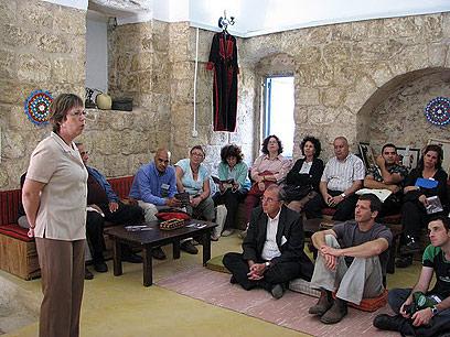 אנגליקה מאדי, מנהלת עמותת אפנאן אל-ג'אליל, מקבלת אורחים (צילום: אלה יונגמן) (צילום: אלה יונגמן)