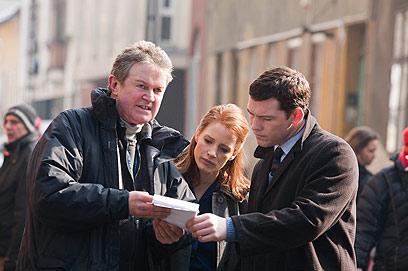 "ג'סיקה צ'סטיין לצד סם וורת'ינגטון ובמאי ""החוב"" ג'ון מאדן (צילום: MCT) (צילום: MCT)"