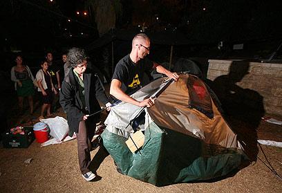 מקפלים אוהלים בגן הסוס בבירה, אתמול (צילום: גיל יוחנן ) (צילום: גיל יוחנן )