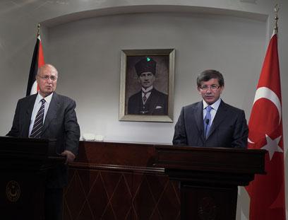 Turkish FM Davutoglu and Nabil Shaath (Photo: AP)
