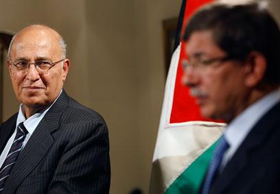 שר החוץ הטורקי עם הבכיר הפלסטיני נביל שעת', אתמול (צילום: AP) (צילום: AP)