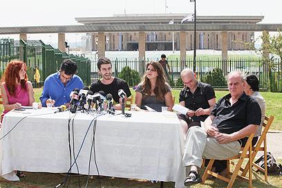 מסיבת העיתונאים מול הכנסת, היום (צילום: אוהד צויגנברג) (צילום: אוהד צויגנברג)