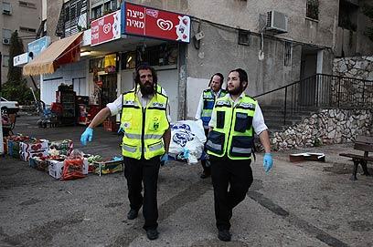 פינוי הגופה מזירת הרצח בחיפה (צילום: אבישג שאר-ישוב)