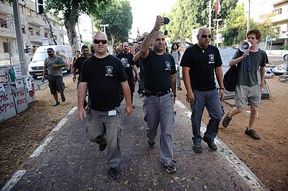"""פקחים בשדרות רוטשילד. התקבלו בצעקות """"נאצים במדי עירייה"""" (צילום: בן קלמר) (צילום: בן קלמר)"""
