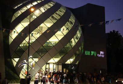 הסמל החדש - כדור זכוכית ענק בחזית (צילום: אסף לב) (צילום: אסף לב)