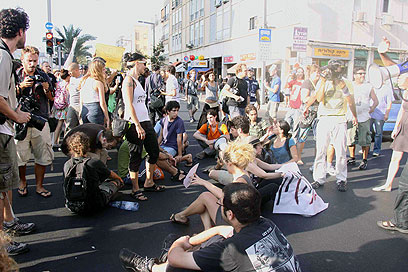 מפגינים חוסמים את התנועה, היום בתל אביב (צילום: דנה קופל) (צילום: דנה קופל)