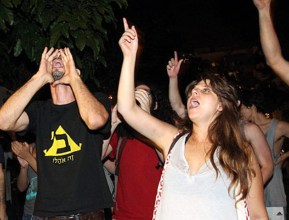 דפני ליף ופעילים אחרים מפגינים הערב מול בית חולדאי (צילום: אלי אלגרט) (צילום: אלי אלגרט)