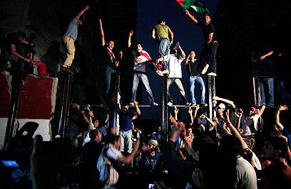 מפגינים מול בניין השגרירות, הלילה בהקיר (צילום: רויטרס) (צילום: רויטרס)