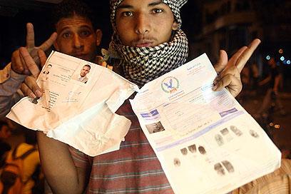 מסמכים רשמיים של השגרירות הושלכו לרחוב (צילום: AP) (צילום: AP)