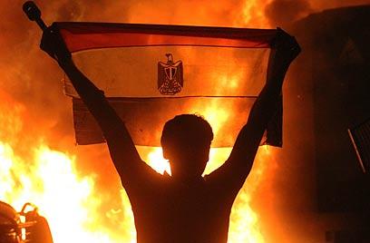 """האש בשגרירות בקהיר. """"נתניהו התקשר למואפי"""" (צילום: AP) (צילום: AP)"""