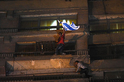 Removing Israeli flag from embassy building (Photo: AP)
