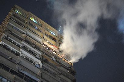 עשן באזור השגרירות (צילום: AFP) (צילום: AFP)