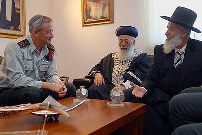 """הרמטכ""""ל גנץ עם הרבנים הראשיים עמאר ומצגר (צילום: דובר צה""""ל) (צילום: דובר צה"""