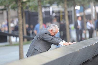 רוברט פראצה שאיבד את בנו באסון, ליד האנדרטה בגראונד זירו (צילום: EPA) (צילום: EPA)