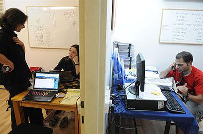 במטה הבחירות של שלי יחימוביץ' המשיכו אמש עם הטלפונים (צילום: ירון ברנר) (צילום: ירון ברנר)