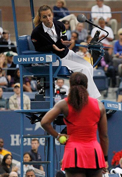 """סרינה מרביצה תורה בשופטת בגמר אליפות ארה""""ב הפתוחה (צילום: רויטרס) (צילום: רויטרס)"""