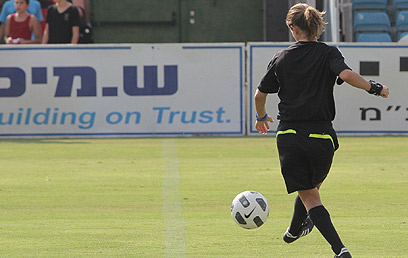 """""""היום אני מאושרת"""". לילך אסולין בכדורגל (צילום: אורן אהרוני) (צילום: אורן אהרוני)"""