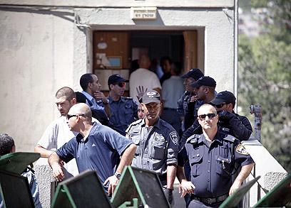 שוטרים עם חפצי הדיירים (צילום: נועם מושקוביץ) (צילום: נועם מושקוביץ)