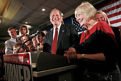 """""""מסר לוושינגטון"""". טרנר בנאום הניצחון בניו יורק לצד אשתו פגי (צילום: AP) (צילום: AP)"""