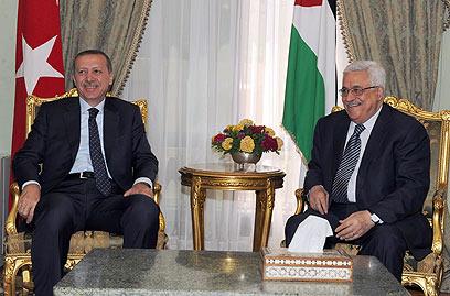 אבו מאזן עם ראש ממשלת טורקיה ארדואן, היום. אנקרה עוזרת (צילום: EPA) (צילום: EPA)