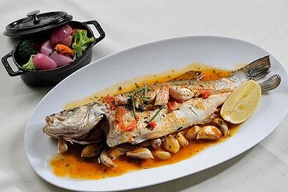 אל תשכחו להוסיף את הרוטב בהגשה. דג בתנור (צילום: דודו אזולאי) (צילום: דודו אזולאי)