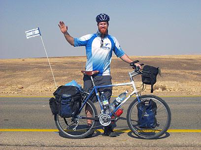 אבל אין כמו הבית. ג'ינג'י על אופניו בערבה (צילום: רועי סדן ) (צילום: רועי סדן )