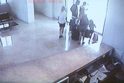 עם המזוודות, ללא התינוקת: בריחה מהירה מהארץ (צילום: מוטי קמחי) (צילום: מוטי קמחי)