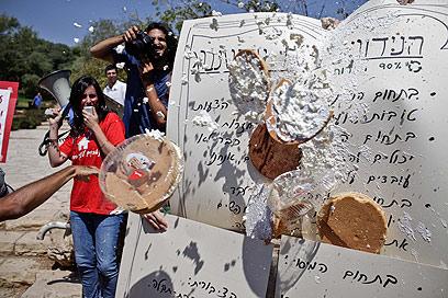 """עוגות קצפת על """"המלצות טרכטנברג"""", היום בירושלים (צילום: נועם מושקוביץ) (צילום: נועם מושקוביץ)"""