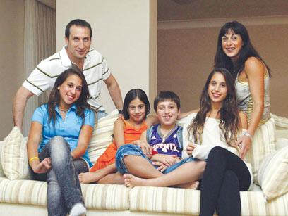מאחל לעצמו לראות את הילדים יותר. דיוויד בלאט עם רעייתו וילדיהם בביתם (צילום: גל חרמוני) (צילום: גל חרמוני)