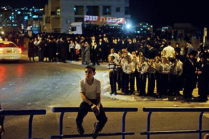 """עימותים מול קבוצת הורים לתלמידות בביה""""ס. ההפגנה בבית שמש (צילום: בן קלמר)"""