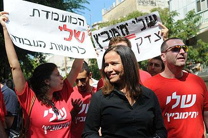 יחימוביץ', היום בקלפי בתל אביב (צילום: ירון ברנר) (צילום: ירון ברנר)