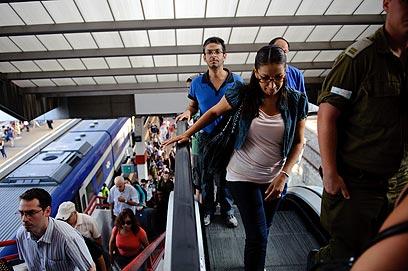 להעדיף רווח על פני שירות חיוני לציבור? תחנת סבידור בתל-אביב  (צילום: בן קלמר) (צילום: בן קלמר)