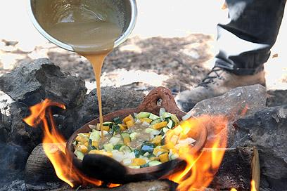 ירקות מוקפצים בטחינה, על האש (צילום: אסף רונן)