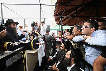 הרב פינטו עם ספר תורה   (צילום: אילן סירוטה) (צילום: אילן סירוטה)