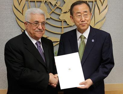 אבו מאזן מגיש את הבקשה הפלסטינית לבאן (צילום: AP) (צילום: AP)