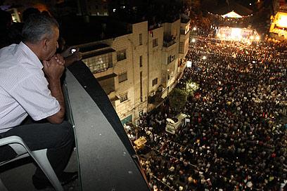 מבט מלמעלה. הפלסטינים ברמאללה חוגגים (צילום: גיל יוחנן) (צילום: גיל יוחנן)