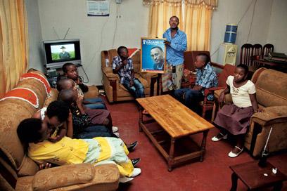 מקומי מחזיק תמונה של פול קגמה, נשיא רואנדה (צילומים: אודי גורן) (צילום: אודי גורן)