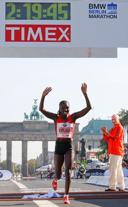 פלורנס קיפלגאט חוצה את קו הסיום (צילום: AFP) (צילום: AFP)