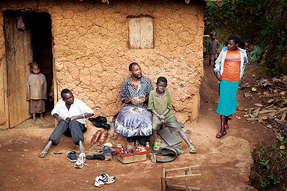 סנדלר מקומי המנסה לקיים את 6 ילדיו משכר זעום של עבודתו (צילום: אודי גורן)