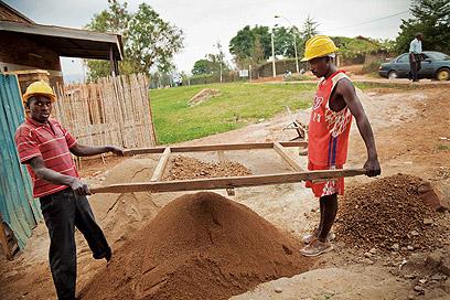 ברואנדה נעשות עבודות כפיים שכבר פסו מהעולם המערבי, כמו מיון אבנים ואדמה (צילום: אודי גורן)