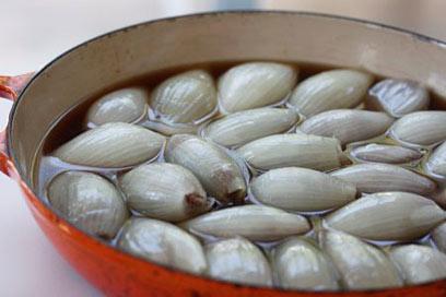 מחכים למילוי - בצלים לבנים (צילום: מיכל וקסמן) (צילום: מיכל וקסמן)
