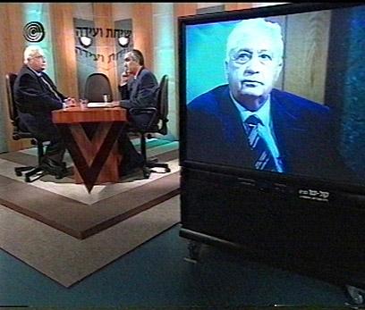 """משעל ושרון באולפן. (צילום באדיבות ארכיון רשות השידור - """"שיחת ועידה"""") (צילום: באדיבות ערוץ 1) (צילום: באדיבות ערוץ 1)"""