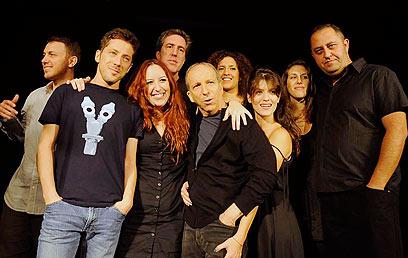 דני סנדרסון עם השחקנים. סומך עליהם (צילום: דודו אזולאי) (צילום: דודו אזולאי)