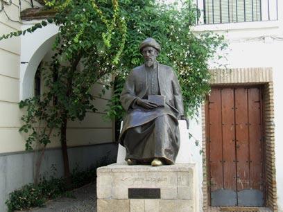 """פסל הרמב""""ם בכיכר טבריה (צילום: יואב גלזנר) (צילום: יואב גלזנר)"""