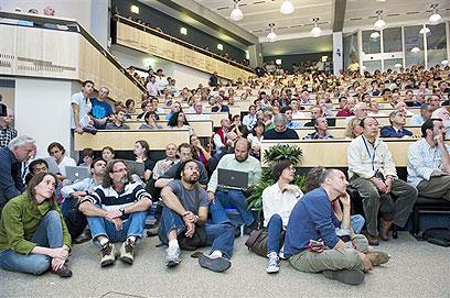 לילה באופרה: מדענים מכל העולם שומעים על התוצאות המדהימות (צילום: Maximilien Brice; Benoit Jeannet - CERN, cc)